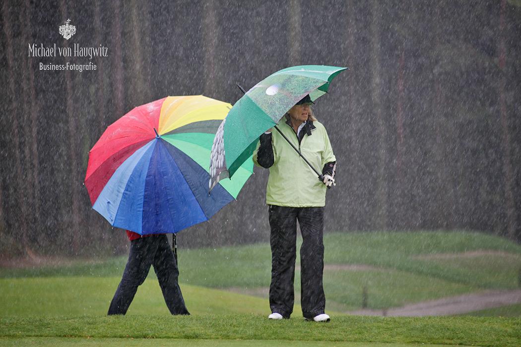 Im strömenden Regen   Golfsport Wiesbaden